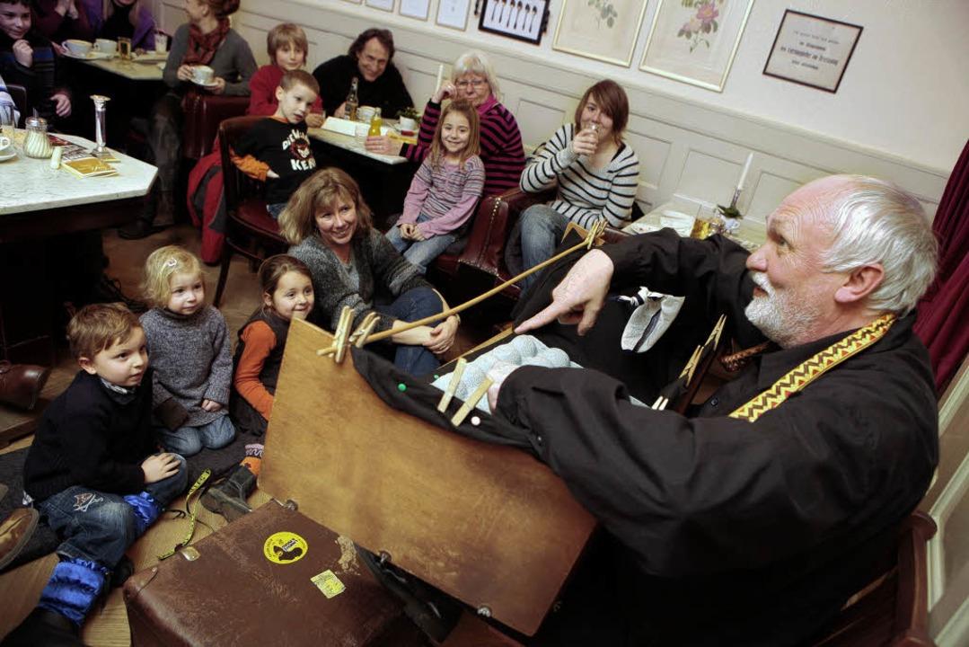Es macht nicht nur den Kindern Spaß, d...üßen Löchle ein ganzes Theater passt.     Foto: Breithaupt