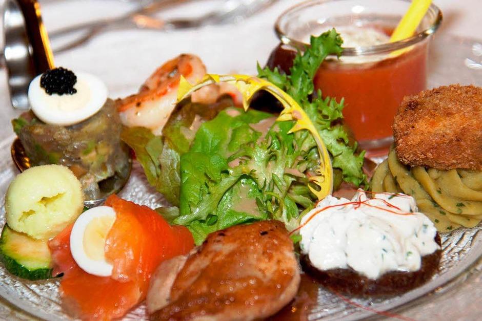 Vorspeise mit Riesengarnele, Tatar vom roten Thun, Wachtelbrüstchen,Lachsröllchen,Erbspüree mit Minze,Wachtelei und Gazpacho (Foto: Wilfried Dieckmann)
