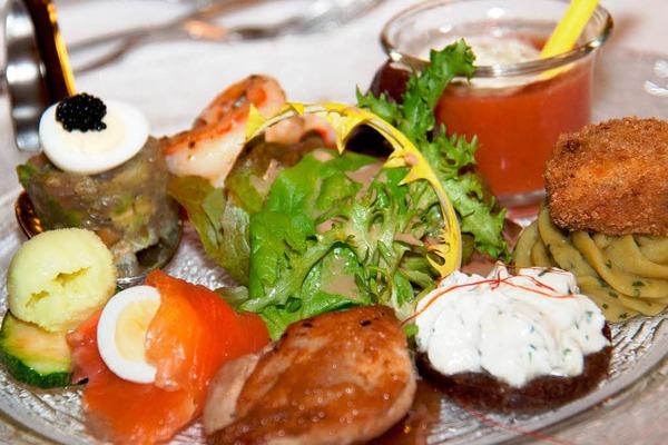 Vorspeise mit Riesengarnele, Tatar vom roten Thun, Wachtelbrüstchen,Lachsröllchen,Erbspüree mit Minze,Wachtelei und Gazpacho