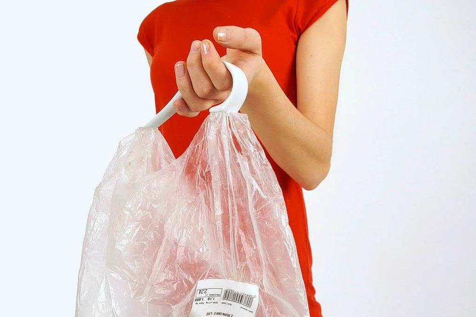 So einfach ist das: Porzellanhenkel von Karina Marusinska an Plastiktüte, Ordner, Schüssel oder was auch immer dran, und fertig ist die Tragetasche. (Foto: www.marusinska.pl)