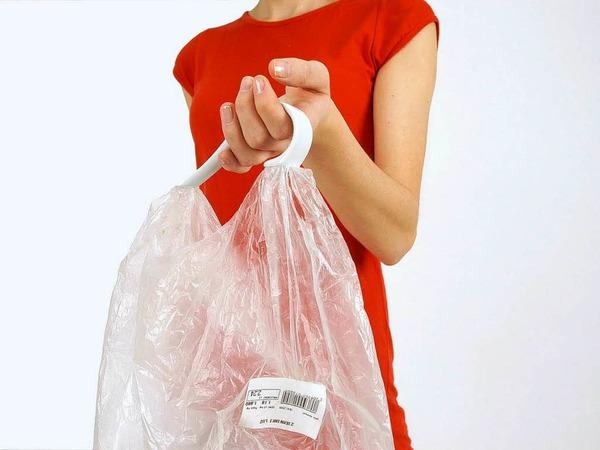 So einfach ist das: Porzellanhenkel von Karina Marusinska an Plastiktüte, Ordner, Schüssel oder was auch immer dran, und fertig ist die Tragetasche.