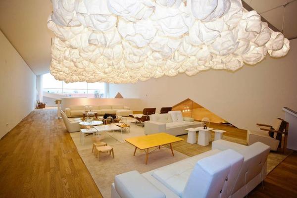 Gehrys W�lkchenlampe �ber wei�en M�beln