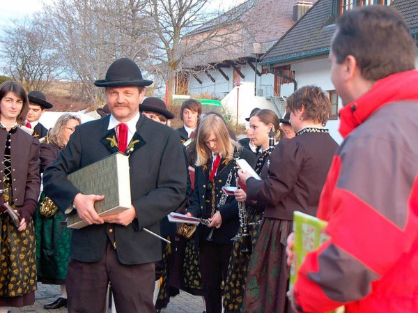 Dirigent Thomas Villinger �berreichte das Goldene Buch der Gemeinde mit der Bitte um eine Unterschrift.