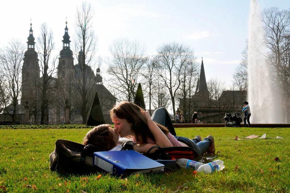 …und zarte Frühlingsgefühle im Fuldaer Schlossgarten (Foto: dpa)