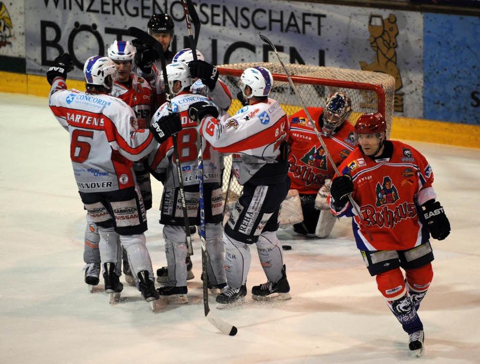 Die Hannover Indians (Pulk links) habe...n die Wölfe Freiburg nicht verhindern.  | Foto: Seeger