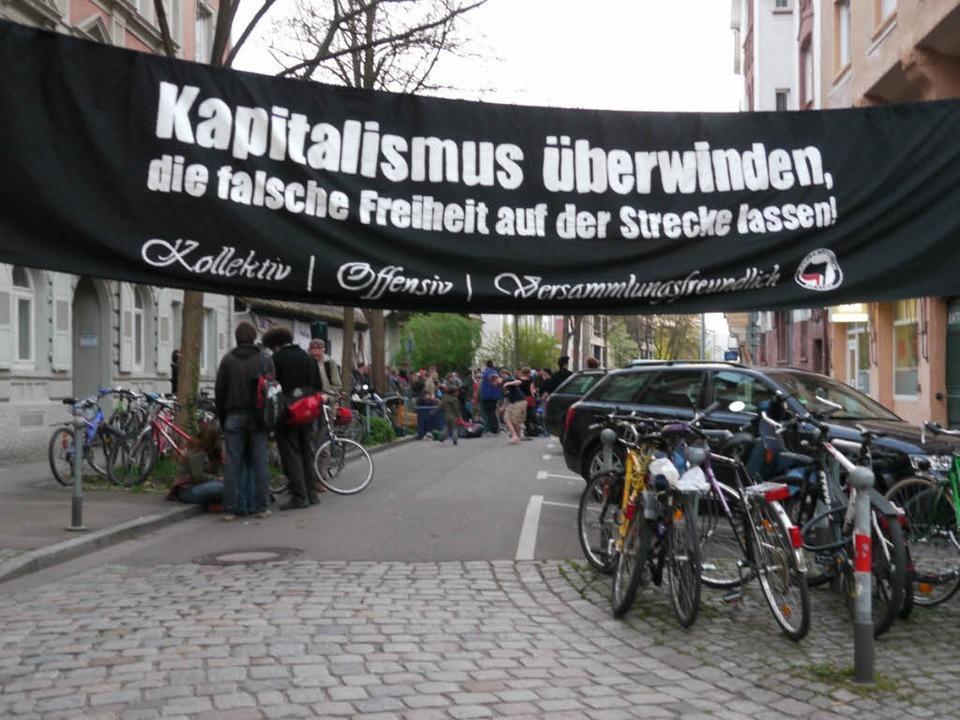 Ein schwarzes Banner mit eindeutiger B...Nr. 19 von rund 100 Autonomen besetzt.    Foto: Joachim Röderer