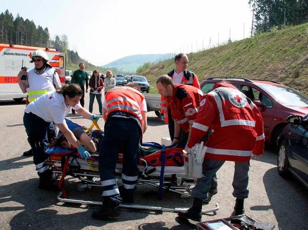 Den Einsatz bei einem Unfall, wie er stets passieren kann, probte der DRK-Kreisverband S�ckingen auf der A 98 in Laufenburg.