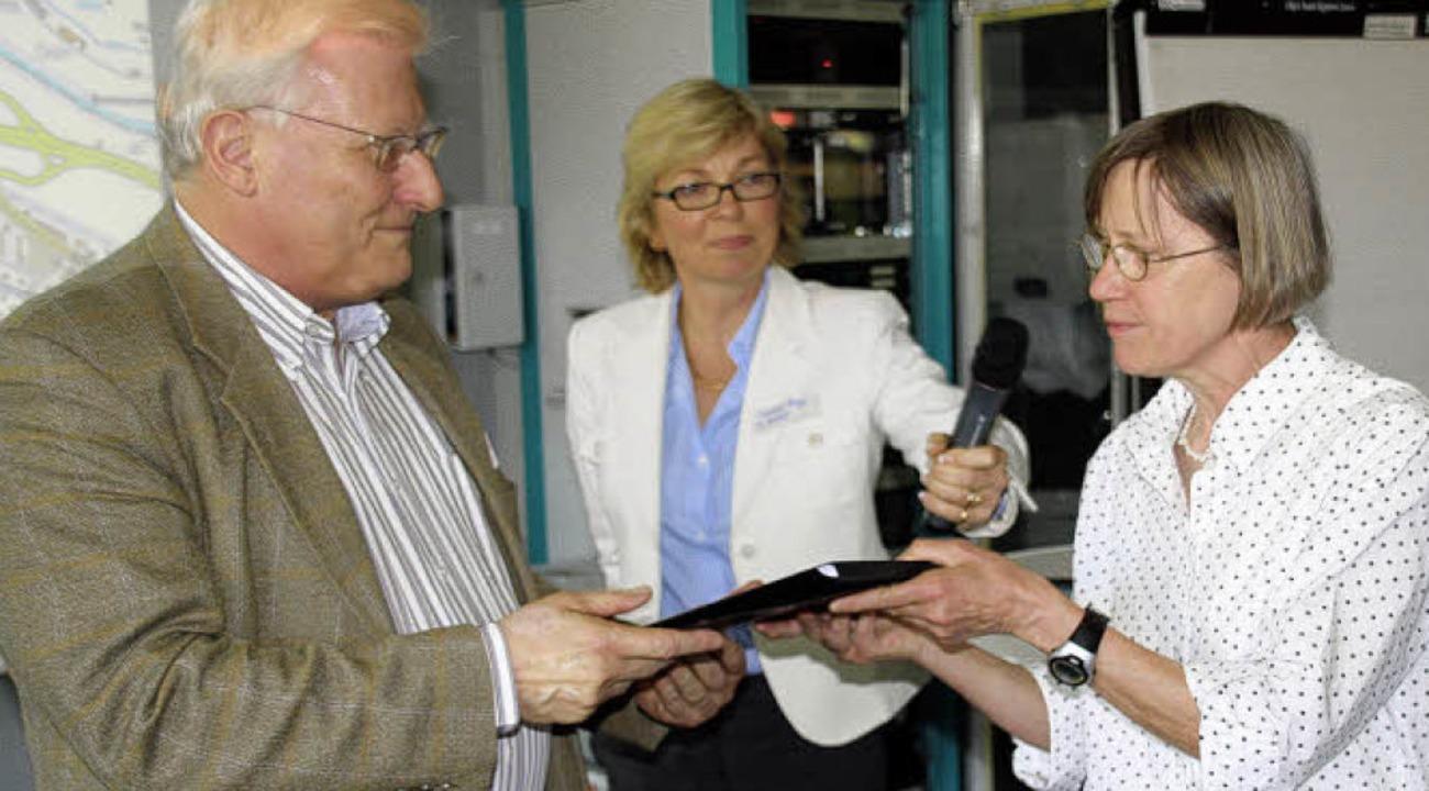 Elisabeth Engler (rechts) überreichte ... Mitte Moderatorin Christine Grüger).     Foto: Peikert