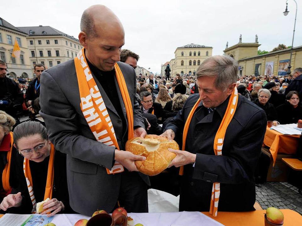 Einig' Vesper: Protestant Nagel und Katholik Glück (r.) brechen das Brot.  | Foto: ddp