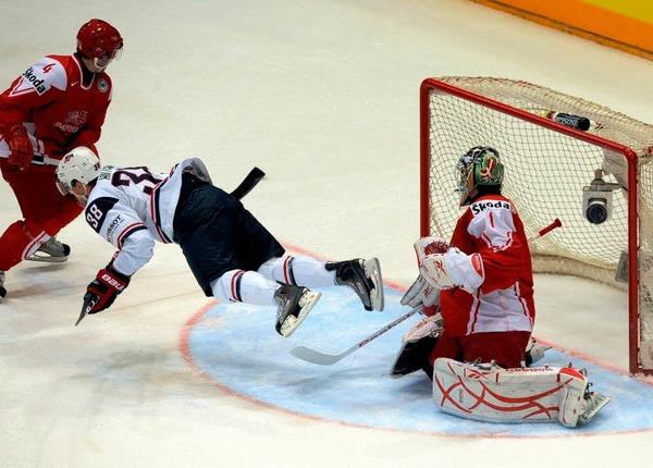 Akrobatisch in der Luft: Jack Hillen verpasst knapp einen Treffer für die USA gegen Dänemark.