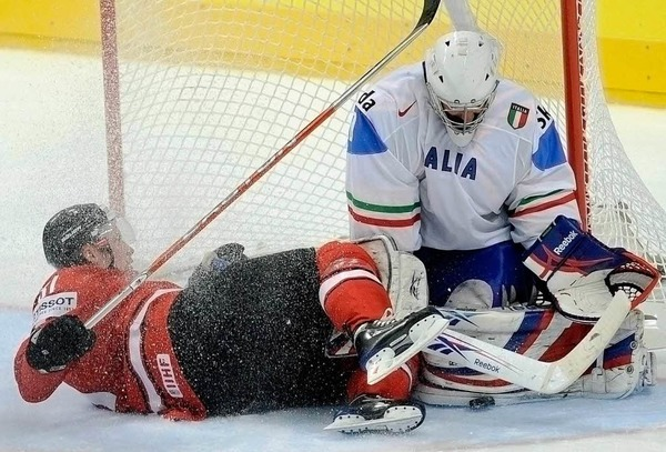 Eisdusche für den italienischen Goalie Daniel Bellissimo. Der Schweizer Mathias Seger stellt sich erfrischend vor.