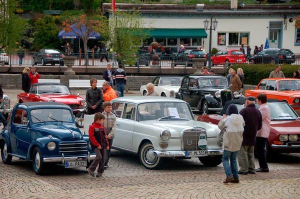 Die Oldtimer-Ausstellung lockte viele Schaulustige auf den Domplatz