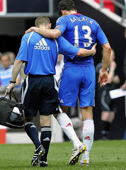 Humpelt im englischen Pokal-Finale ver... der deutsche Spieler Michael Ballack   | Foto: dpa