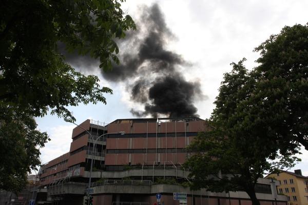 Schwarzer Rauch über der Freiburger Innenstadt: Auf dem Dach der UB ist ein Feuer ausgebrochen.