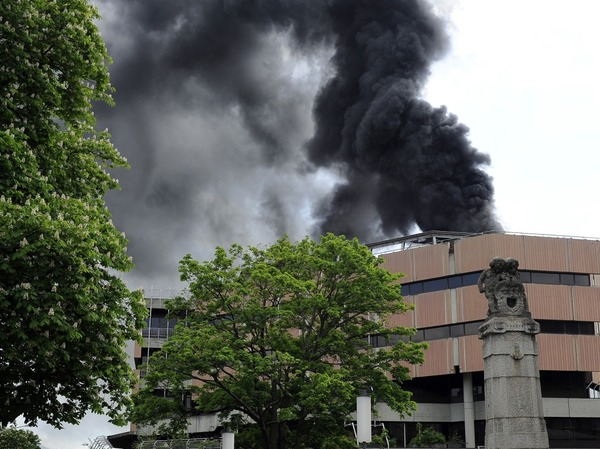 Schwarzer Rauch �ber der Freiburger Innenstadt: Auf dem Dach der UB ist ein Feuer ausgebrochen.