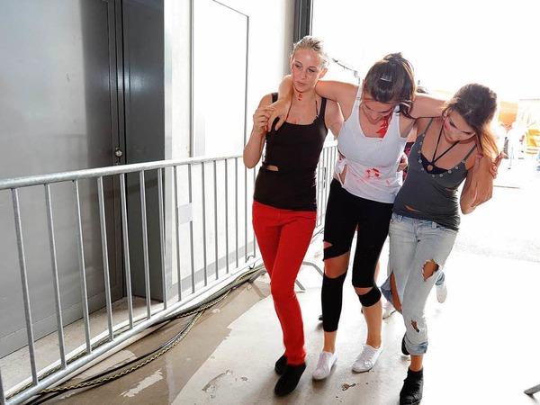 """Katastrophenschützer im Einsatz: In der Freiburger Messehalle waren viele """"Verletzte"""" zu dekontaminieren. Foto: Rita Eggstein"""