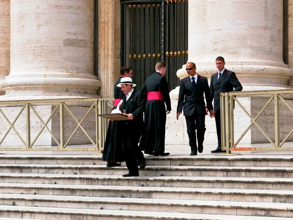 Auch ein Freiburger Fasnetmütze muss durch den Sicherheitscheck der päpstlichen Bodyguards.