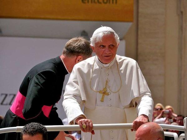 Papst Benedikt XVI. gut behütet - auch ohne Narrenmütze.