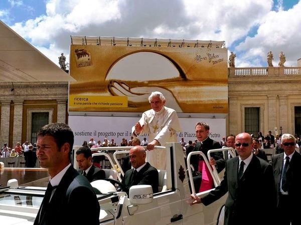 Warum der Papst wohl so lächelt?
