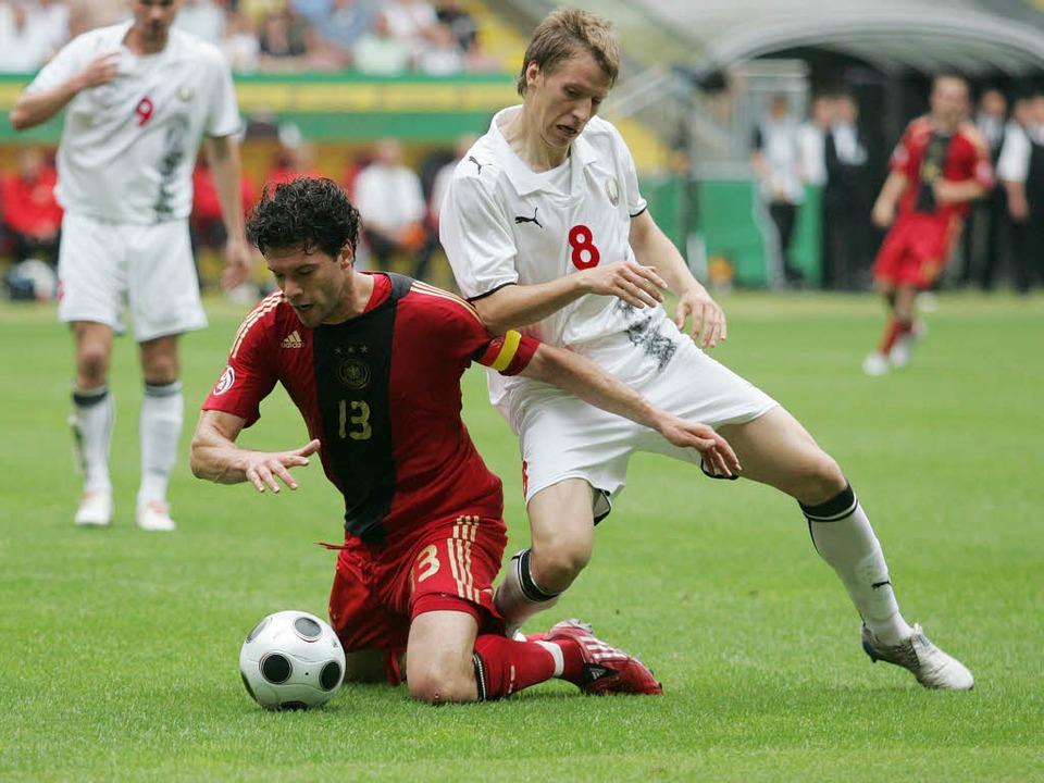 Anton Putsilo 2008 im Duell mit Michael Ballack.  | Foto: AFP/ImageForum