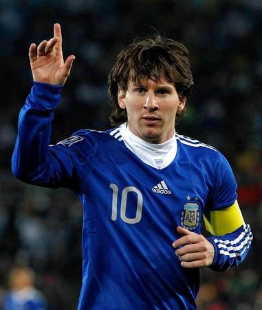 Auf dem Rasen schlug Argentinien den Gegner aus Griechenland mit 2:0 - und schickte Otto Rehhagel nach Europa zurück.