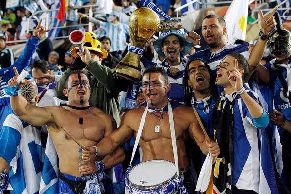 Auf dem Rasen schlug Argentinien den Gegner aus Griechenland mit 2:0 – und schickte Otto Rehhagel nach Europa zur�ck.