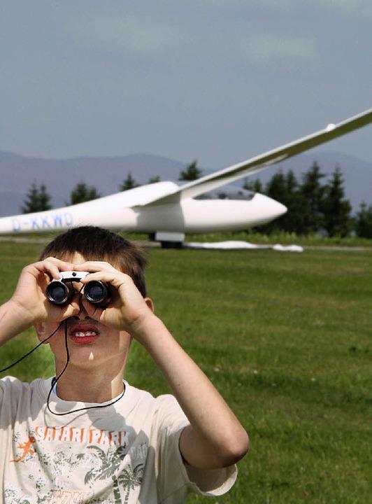 Ja, wo fliegen sie denn? Alexander hält Ausschau.  | Foto: Katja Mielcarek
