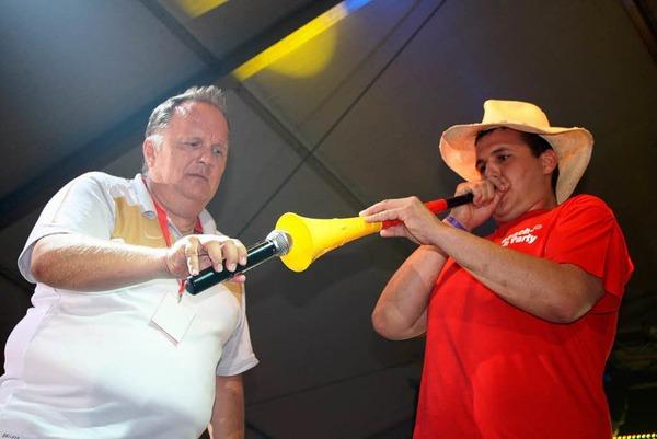 Tr�ten f�r den Sieg: Erstmals wurde ein Mister Beach pr�miert und es galt, sich f�r die Endrunde mit der Vuvuzela zu qualifizieren.