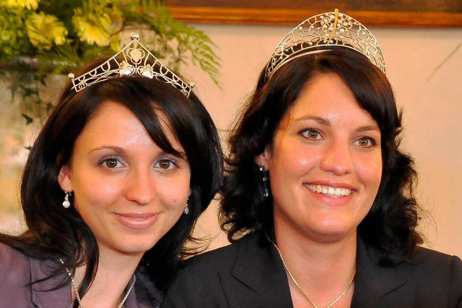 Erst in der Stichwahl reichte es für Marion Meyer (r.) zum Sieg. Rebecca Gut (links) wurde Weinprinzessin. (Foto: Michael Bamberger)
