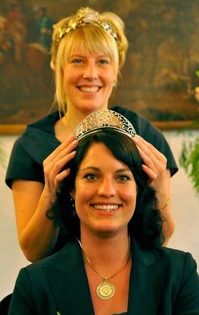 Marion Meyer wird von Isabell Kindle, der deutschen Weinprinzessin, gekrönt.