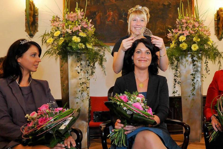 Marion Meyer wird von Isabell Kindle, der deutschen Weinprinzessin, gekrönt. (Foto: Michael Bamberger)