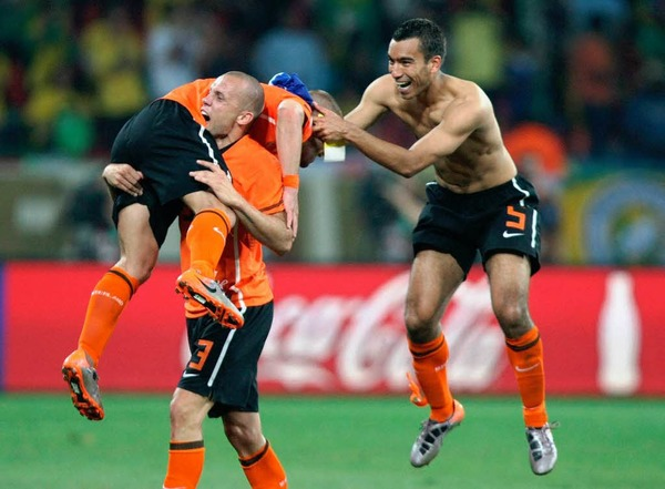 Die Niederl�nder feiern den Sieg gegen Brasilien