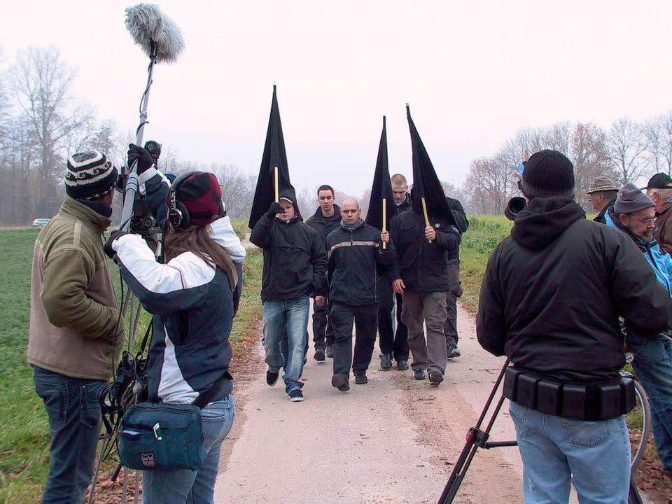 NPD-Anhänger im Jahr 2007 auf dem Weg zur Kundgebung am Panzergraben.  | Foto: mimo