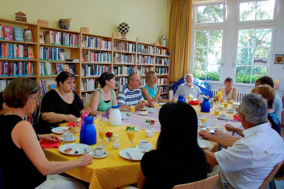 Multi-Kulti-Frühstück in der Bücherei von Niederrimsingen. Bürger  aus 8 Nationen trafen sich zu einem europäischen Brunch. (Foto: Kai Kricheldorff)