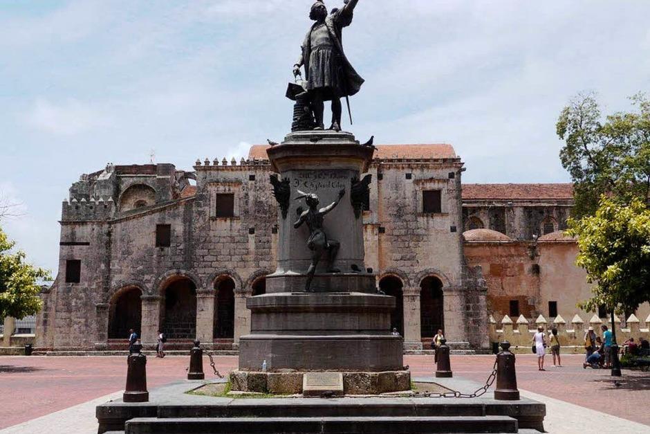 Da geht es lang: Kolumbus-Denkmal vor der Kathedrale Santa Maria de la Ecarnacion von 1521 (Foto: Hans P. Wühler)