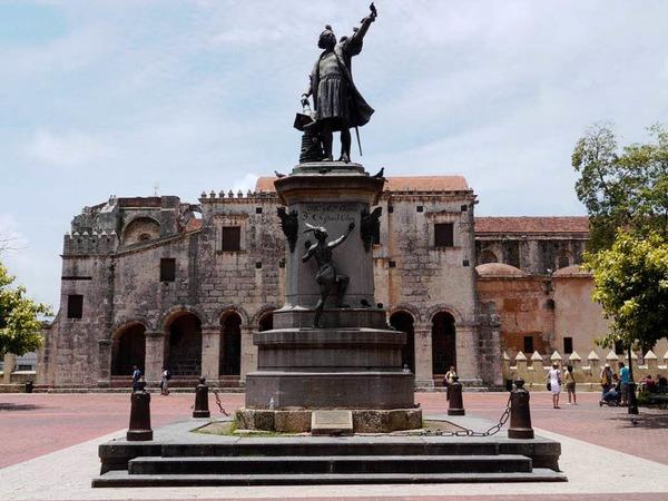Da geht es lang: Kolumbus-Denkmal vor der Kathedrale Santa Maria de la Ecarnacion von 1521