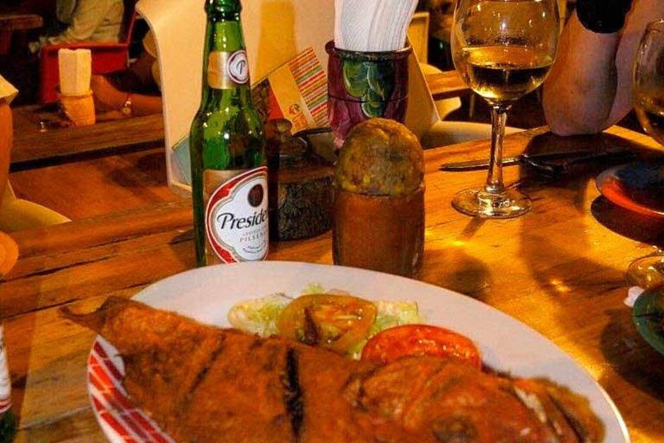 Fastfood kann hier auch frischer Backfisch sein. So oder so gehört ein kühles Presidente-Bier dazu (Foto: Hans P. Wühler)