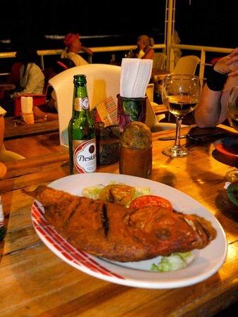 Fastfood kann hier auch frischer Backfisch sein. So oder so gehört ein kühles Presidente-Bier dazu
