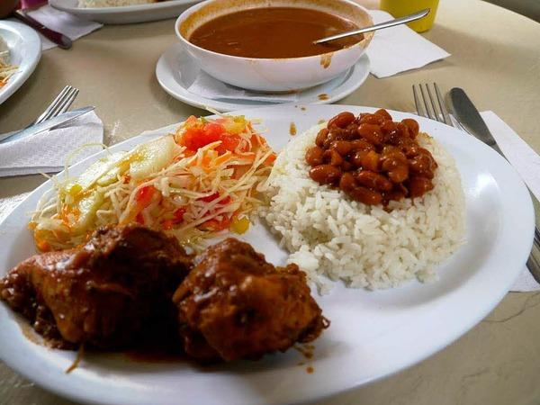 """Das dominikanische Nationalgericht """"bandera dominicana"""": Reis mit Bohnen und Fleisch"""