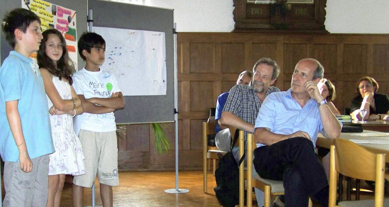 Fasziniert hören die Kollnauer Ortscha... und Karim bei ihrer Präsentation zu.   | Foto: Fotos: S. Timm