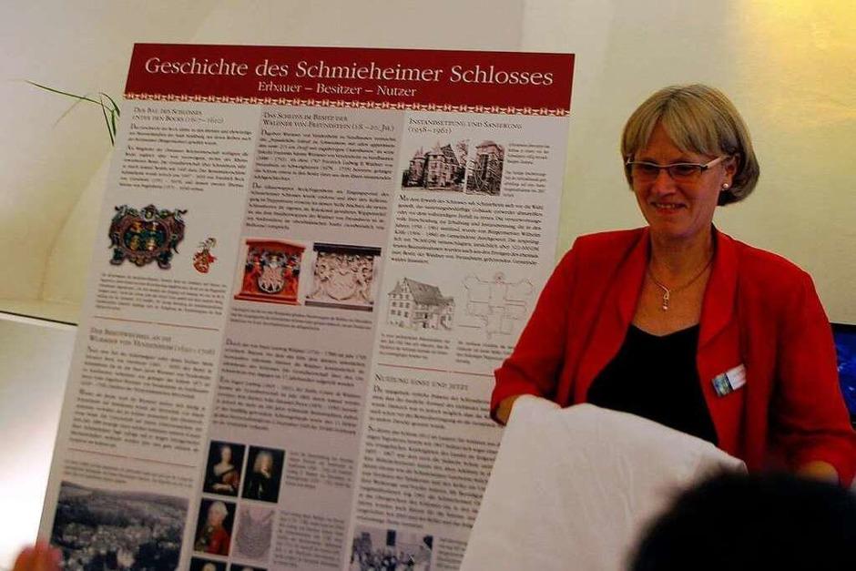 Der Festakt am Freitagabend: Ortsvorsteherin  Christa Dietz enthüllt die Tafel (Foto: Heidi Foessel)