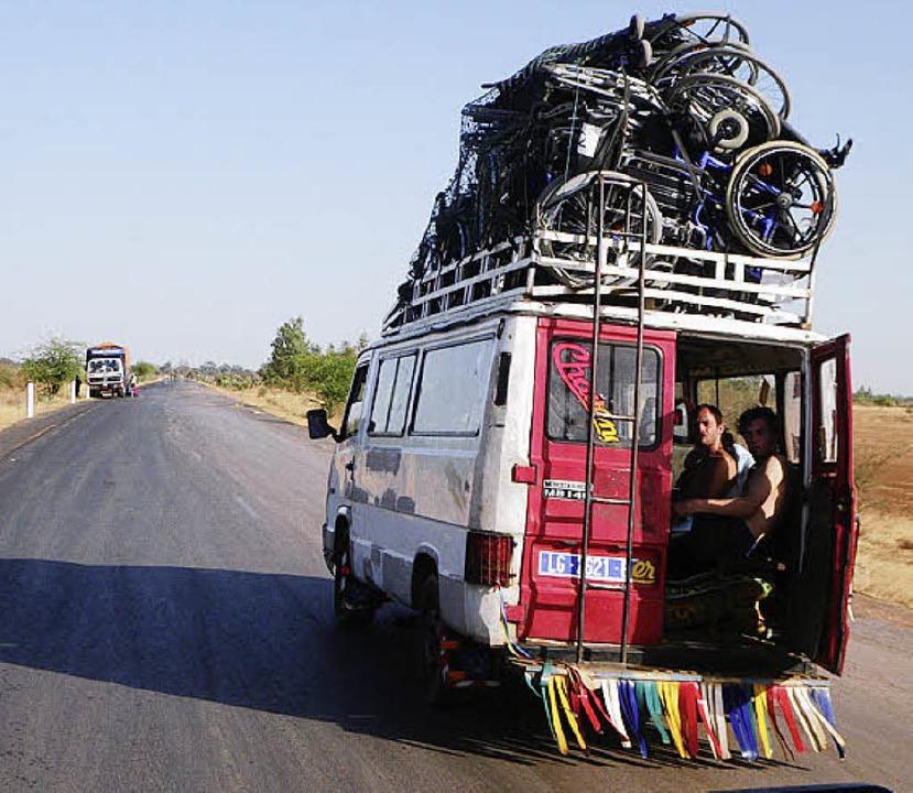 Mit Rollstühlen, Krücken und anderen Hilfsmitteln unterwegs.  | Foto: Privat