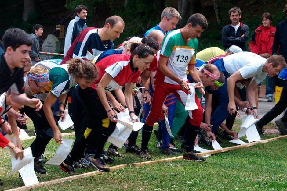 Die Orientierungsläufer starten beim Staffellauf gemeinsam, aber mit unterschiedlichen Streckenkarten, (Foto: Karin Stöckl-Steinebrunner)