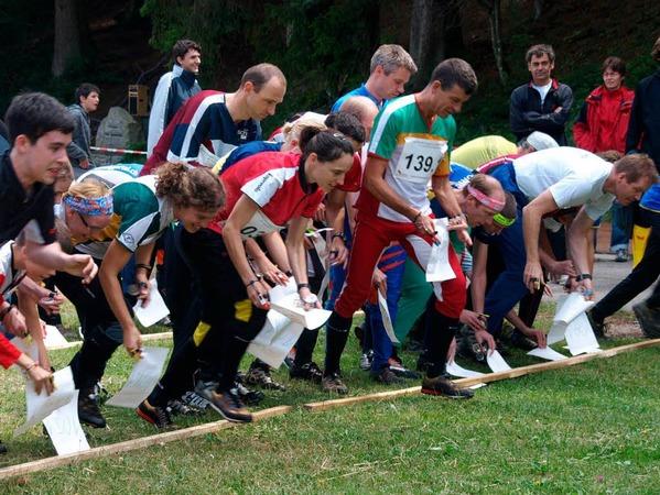 Die Orientierungsläufer starten beim Staffellauf gemeinsam, aber mit unterschiedlichen Streckenkarten,