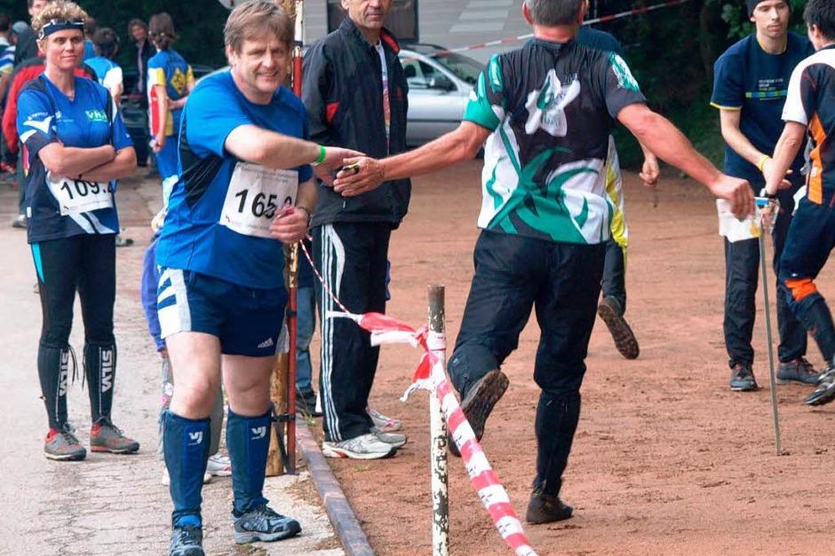 Übergabe an den zweiten Läufer der Staffel beim Orientierungslauf. (Foto: Karin Stöckl-Steinebrunner)