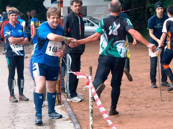 Übergabe an den zweiten Läufer der Staffel beim Orientierungslauf.