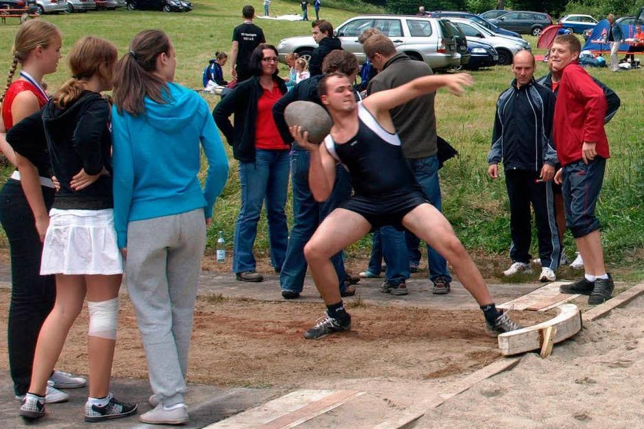 Das Steinstoßen gehört zu den traditionellen Mannschaftswettkämpfen, die am Sonntagnachmittag ausgetragen wurden. (Foto: Karin Stöckl-Steinebrunner)