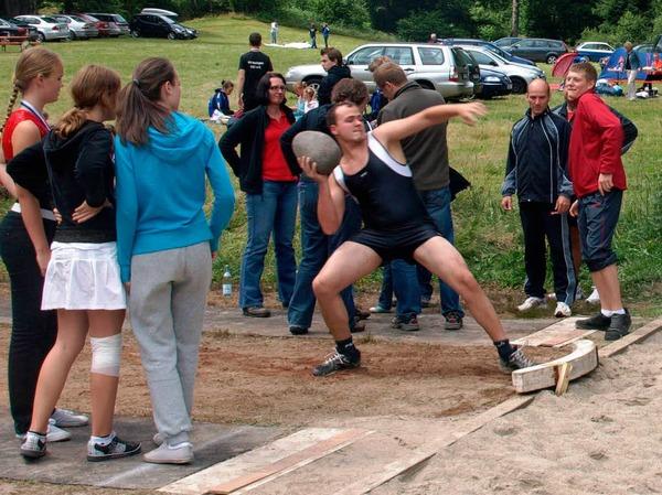 Das Steinstoßen gehört zu den traditionellen Mannschaftswettkämpfen, die am Sonntagnachmittag ausgetragen wurden.