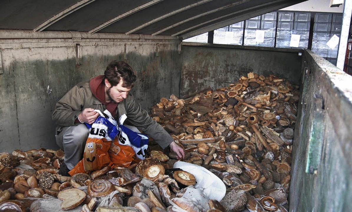 Mülltaucher beim Brötchenholen vor der Großbäckerei   | Foto: Kai Löffelbein / dpa