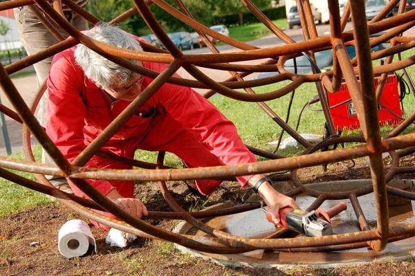"""Das """"Mehrfachpendel"""" von Vincenzo Baviera steht am Ortseingang und wird mit St�hlinger Metallobjekten gef�llt."""